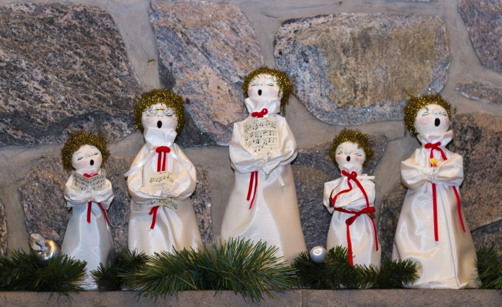 Christmas dolls singing carols